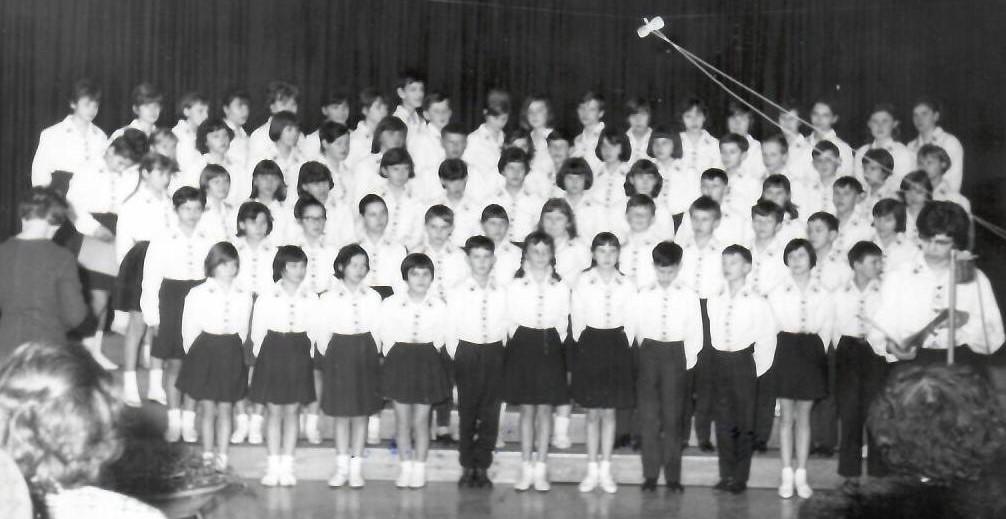 Mladinski pevski zbor OŠ Trnovo leta 1966